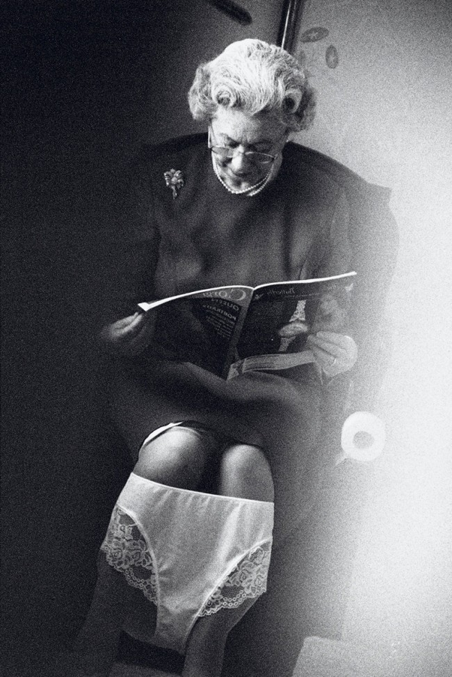 Alison Jackson, Queen on the Loo, 2003, Tintenstrahldruck 22 x 18 cm