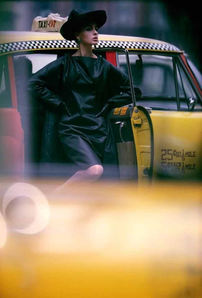 William Klein, Antonia + yellow cab, New York, 1962, Fashion photography for Vogue, Farbdruck 50 x 40 cm