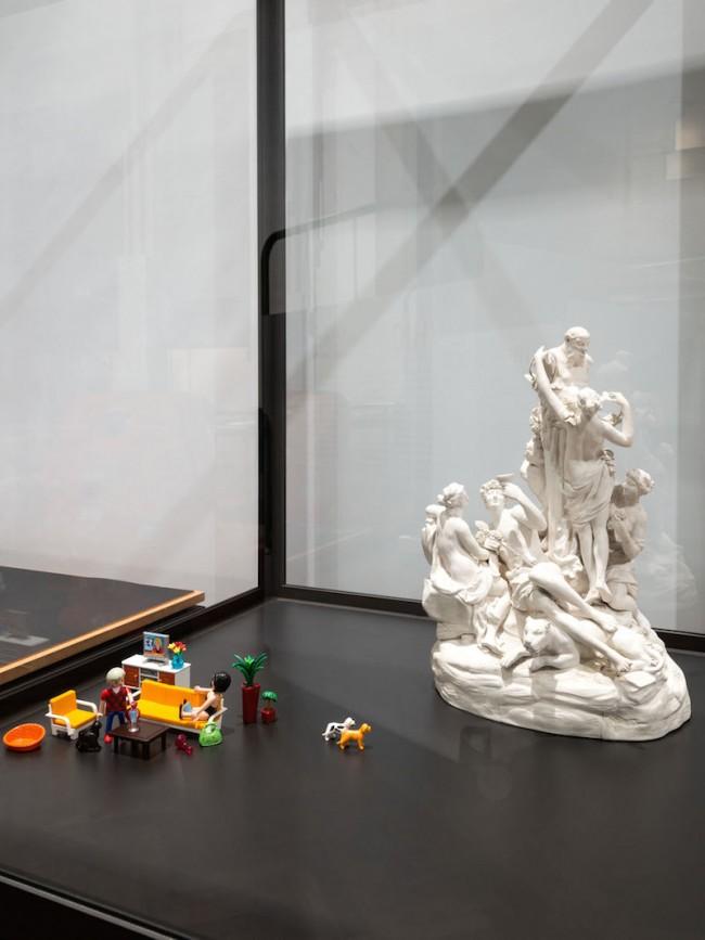 MAK-Ausstellungshalle v.l.n.r.: Playmobil, System-Spielzeug für Kinder (Participle-Werkzeuge für den Designprozess), DE, 2014; Anton Grassi, Vielfigurige Bacchantengruppe mit Silensherme, Österreich, Wien, 1780-1785
