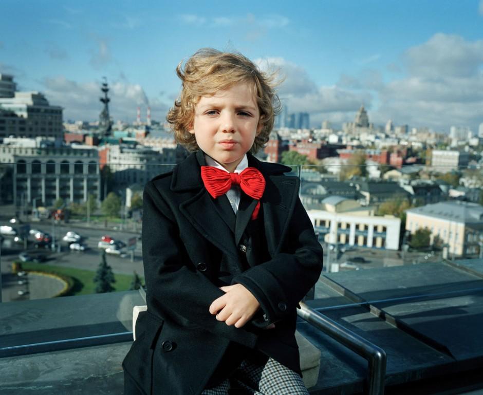 Anna Skladmann | Vadim on his Rooftop aus der Serie Little Adults 2008-2010, Moskau, 2009, C-Prints, 65 x 80 cm
