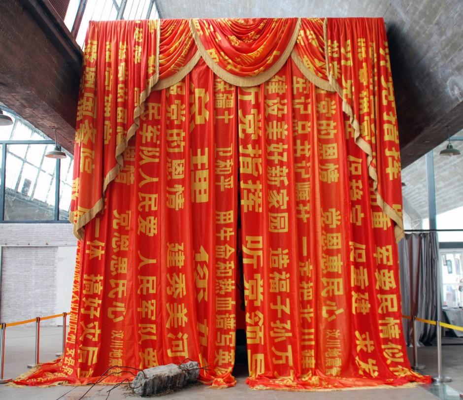 YUAN Gong, Red Curtains 512, 2009. Installation, verschiedene Materialien, ca 7-8 m hoch, Fotograf: Zhang Yisheng