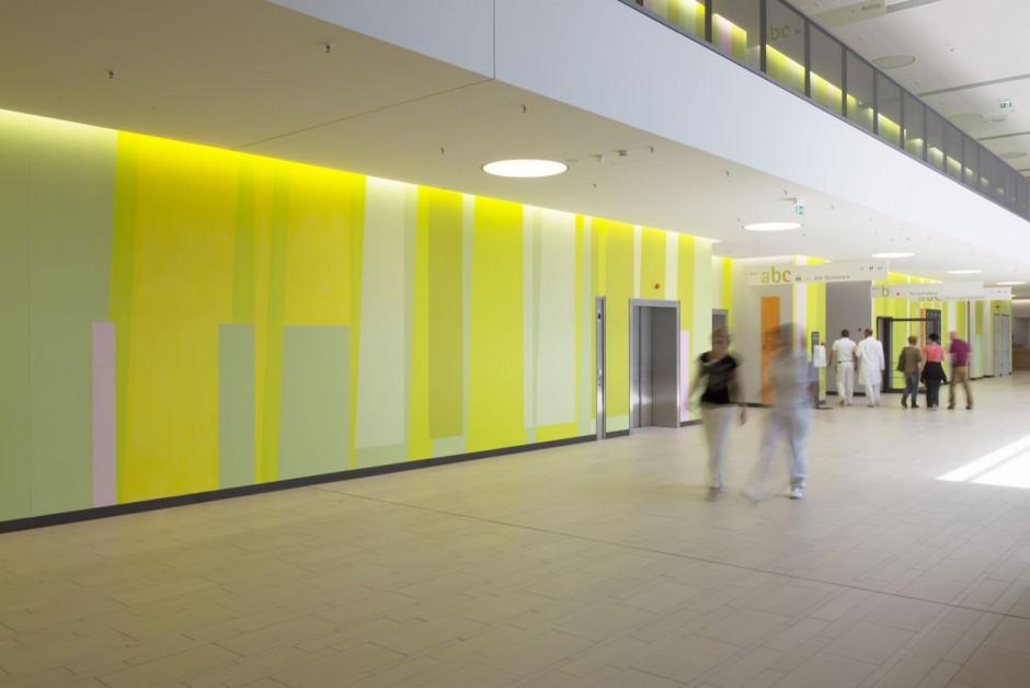 BI_141217_Klinikum_Winnenden_10-RMK-Farbwand-Erdgeschoss-Eingangshalle