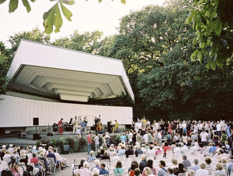 Musikpavillon mit Swing Band -aus der SerieVier Jahreszeiten inPlanten un Blomen