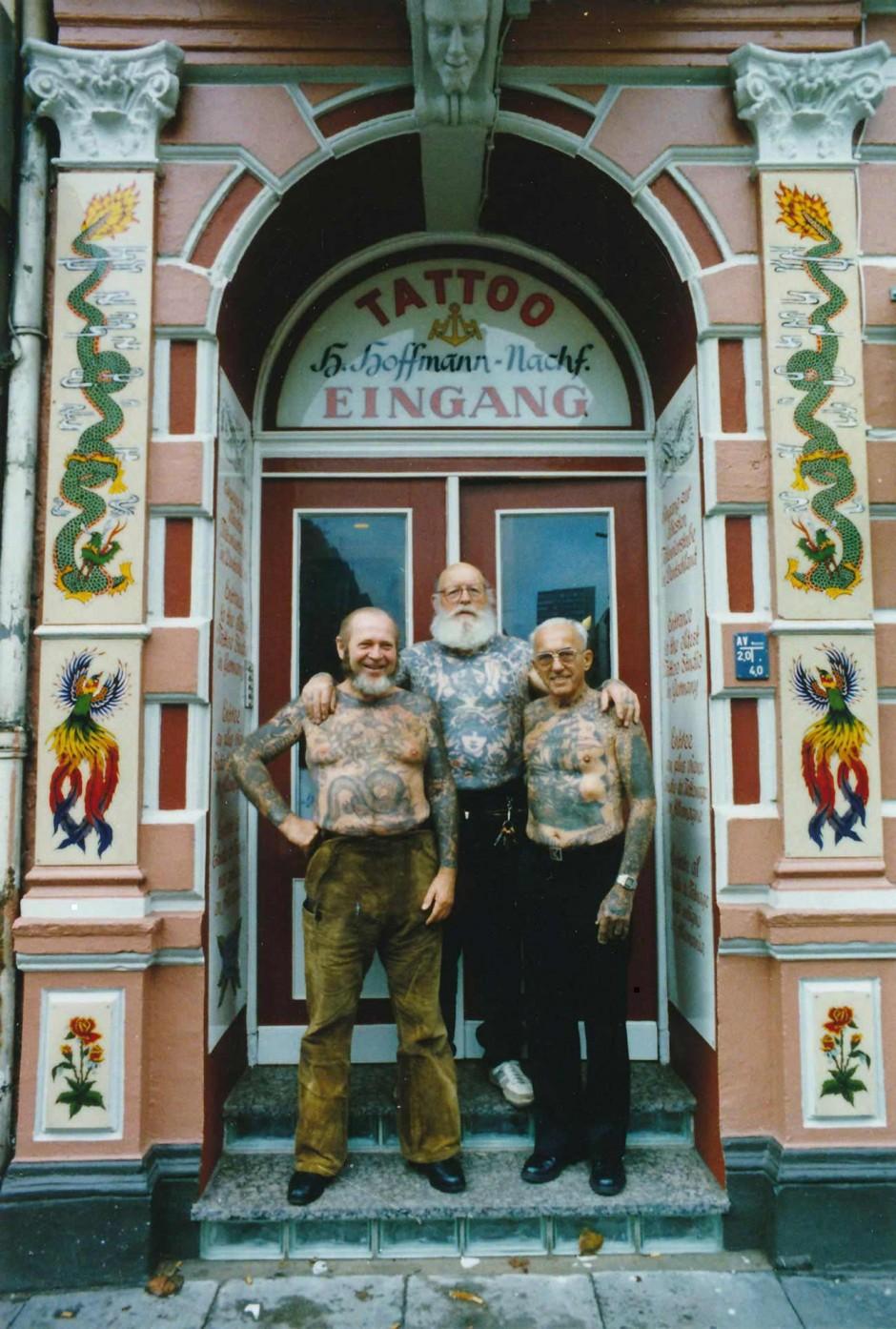 Herbert Hoffmann, Karlmann Richter und Albert Cornelissen vor der ältesten Tätowierstube Deutschlands im Hamburger Stadtteil St. Pauli