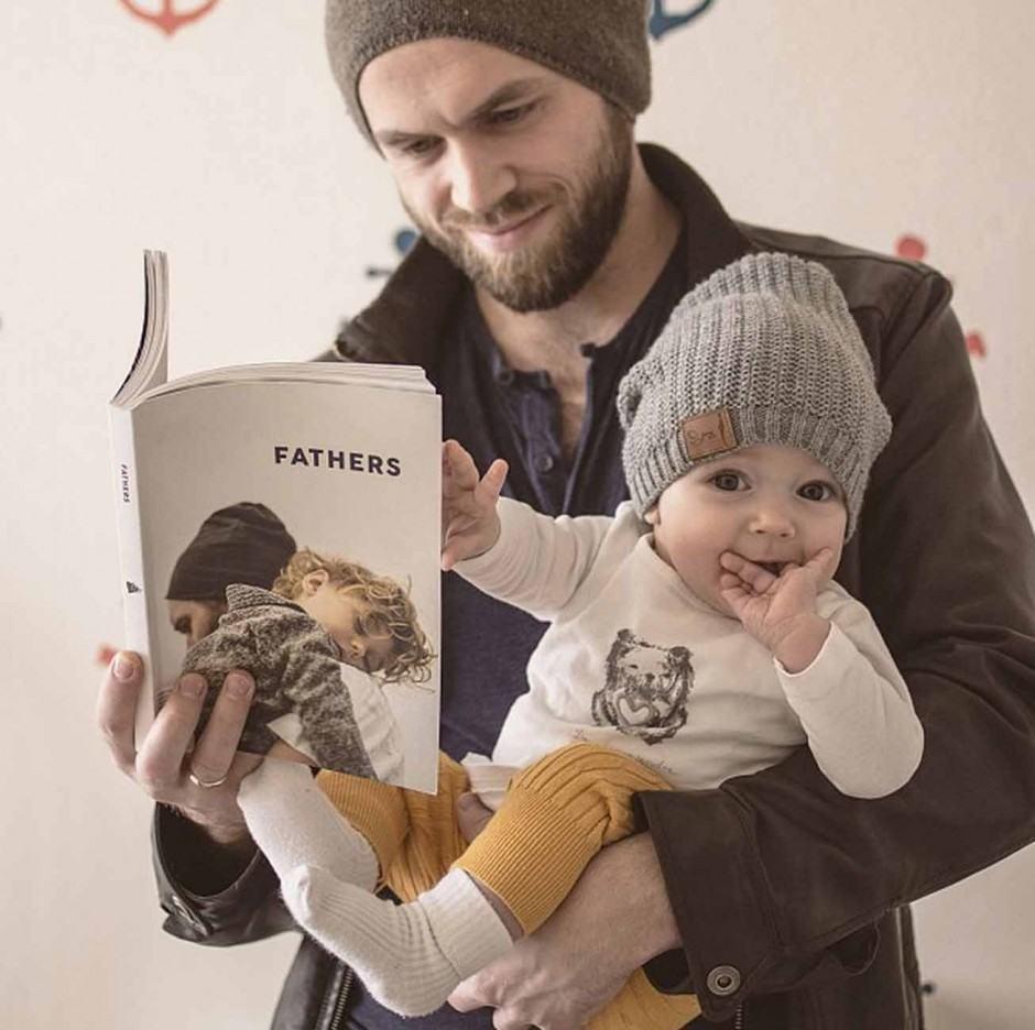 Das jüngere Model vom Cover-Shooting fürs polnische (und auch auf Englisch verfügbare) Magazin »Fathers« scheint weniger an den Ergebnissen interessiert zu sein