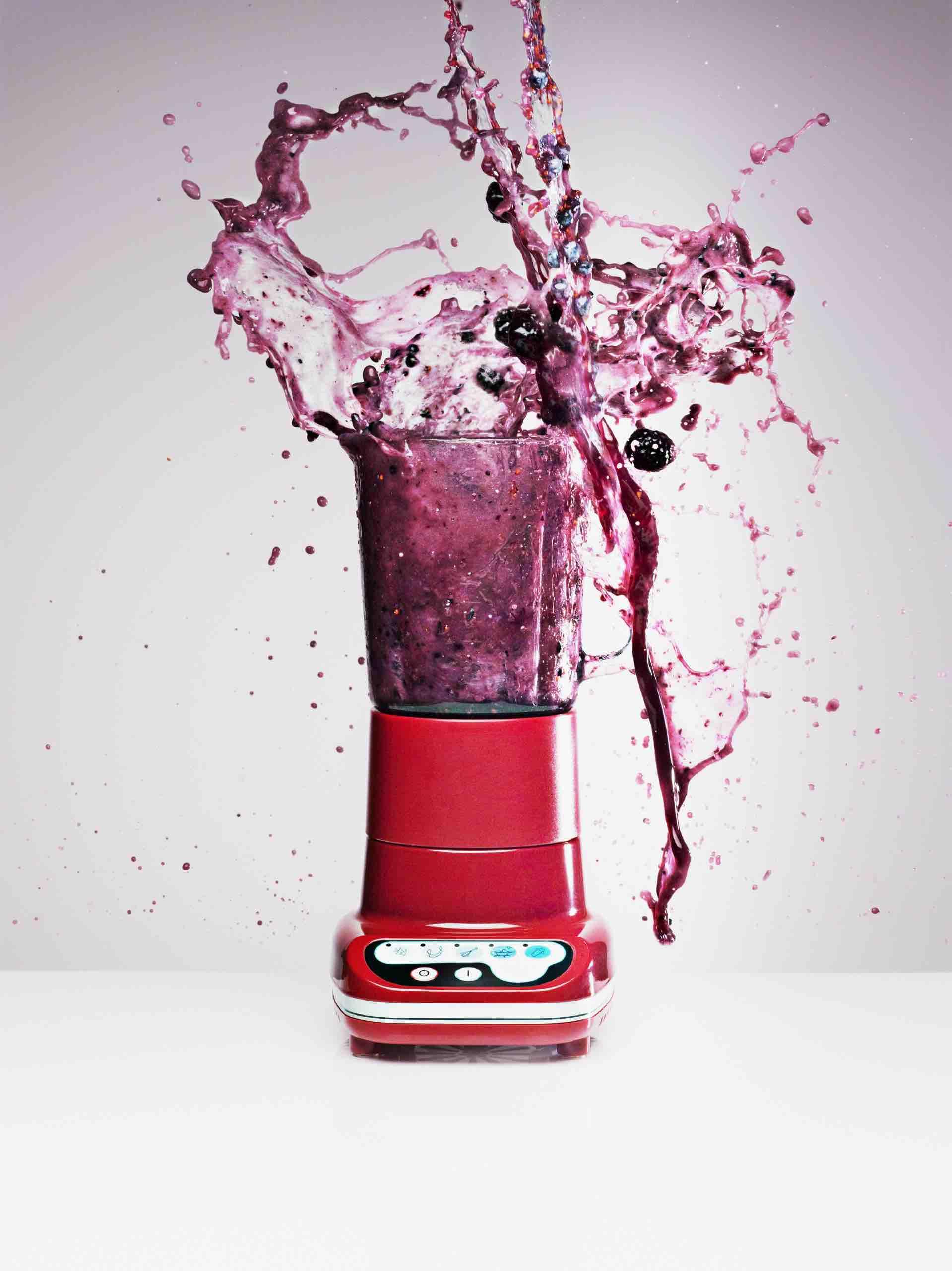 Blueberry juice splashing from blender - Bild