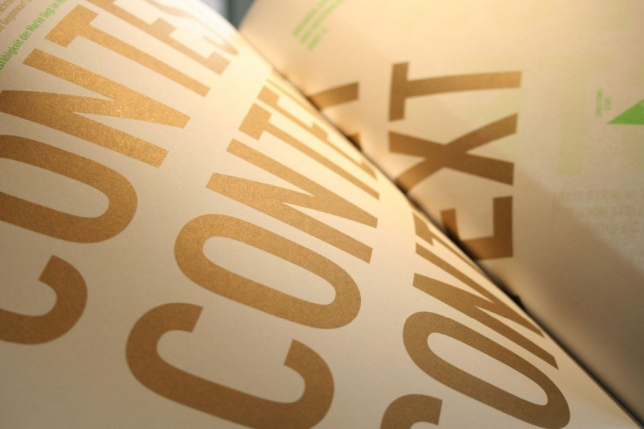 Papier Umschlag Envirotop 250 g/m²   Inhalt Envirotop 150 g/m²   Druckerei das druckhaus print & neue medien   Druckveredelung Gold – Pantone 872, Neon Grün – Pantone 802 und Prägung der Ecke auf dem Titel