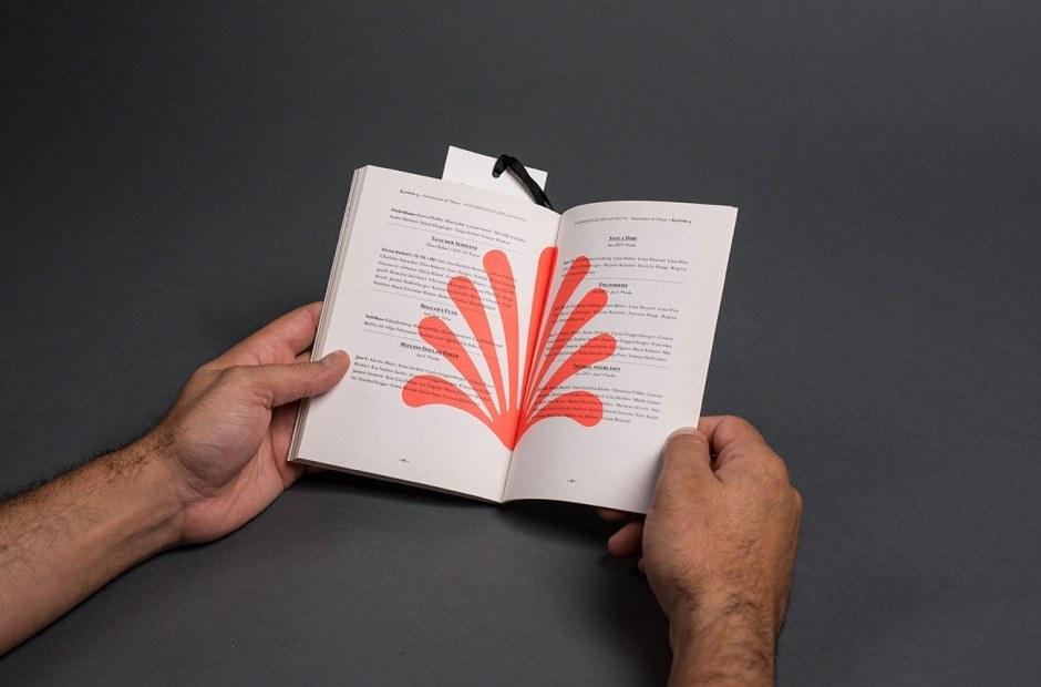 Pogrammheft in Gestalt eines modernen Märchenbuches und Flyer in Form eines Lesezeichens   Papier Umschlag – Original Gmund Tactile creme 300 g/qm, Inhalt – Original Gmund Pure creme 110 g/qm