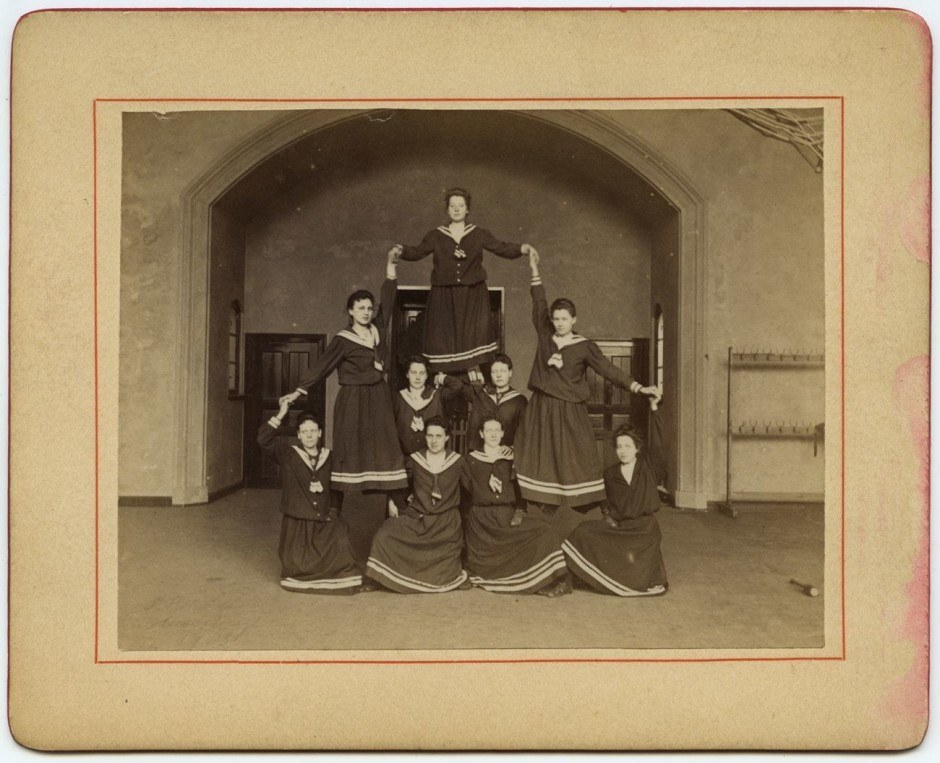 Kunstvolle Pyramide der Frauenabteilung, 1903, Albuminpapier auf Karton, 11,9 x 14,8 cm