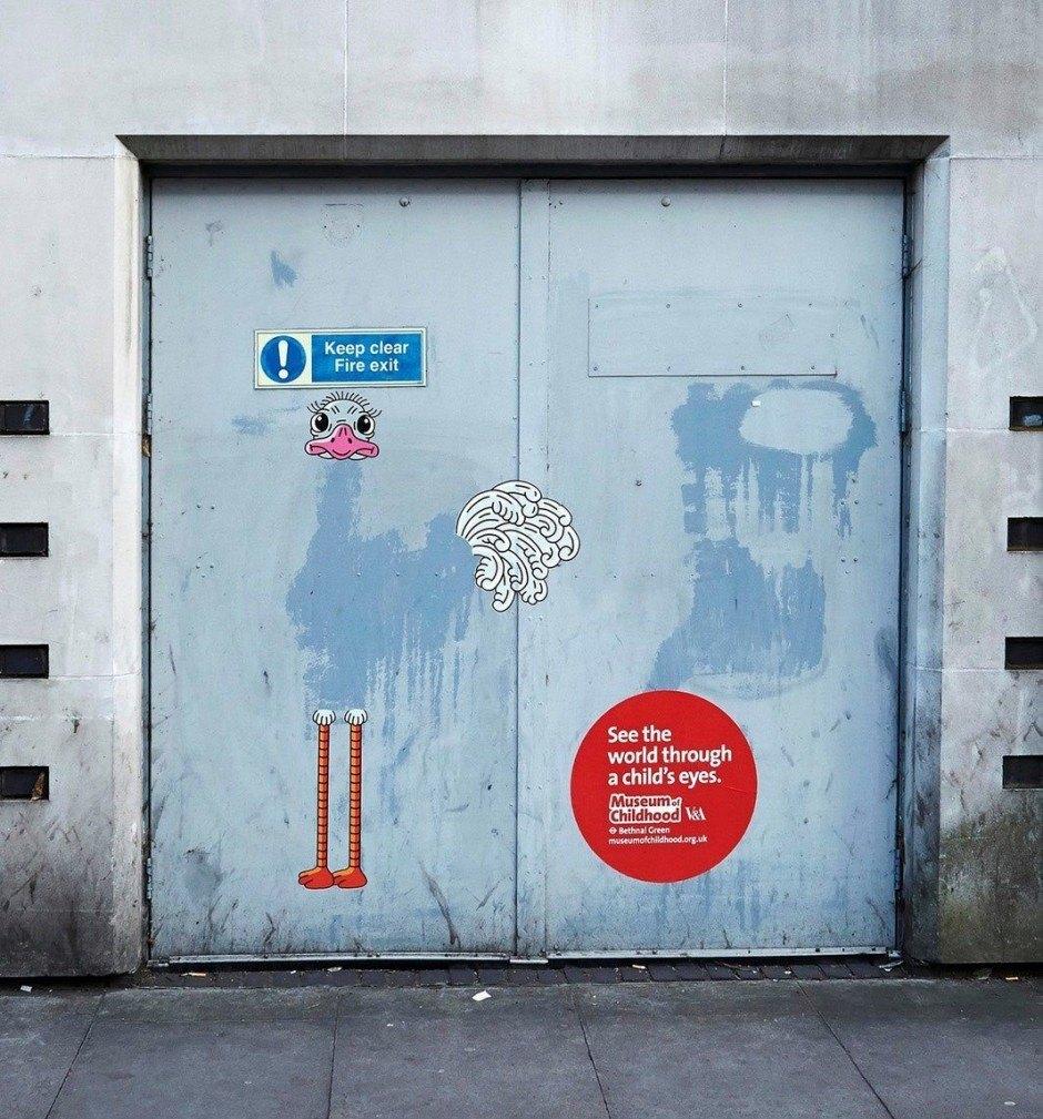 AMV BBDO aus London ließ sich eine zauberhafte Ambient-Kampagne fürs Museum of Childhood einfallen, bei der sie mit einem Dutzend bekannter Illustratoren und Street Artists zusammenarbeitete. Schlange: Kate Sutton, Vogel Strauß: Serge Seidlitz, Drachenmädchen Martha Orzel