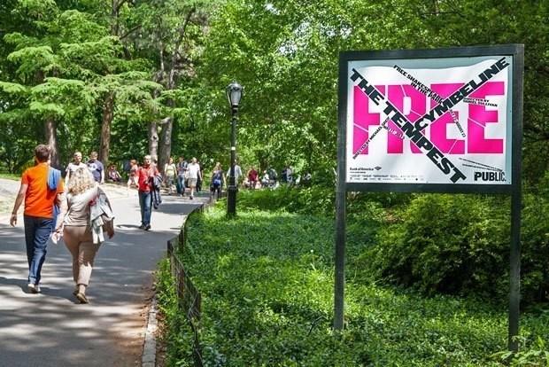Poster auf dem Weg zum Delacorte Theater im Central Park.