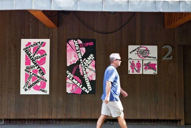 Poster und Schilder installiert am Delacorte.