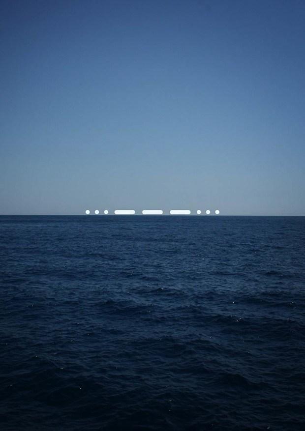 """Zehntausende von Flüchtlingen machen sich auf den gefährlichen Weg über das Mittelmeer nachEuropa. In den letzten Jahren ist die Zahl der Boat-People stark angestiegen, und die Zahl der ertrunken Flüchtlinge steigt. Das """"SOS"""" Zeichen am Horizont des Mittelmeers ist Hilferuf und Hoffnungsträger gleichermaßen und fordert zur Unterstützung auf."""