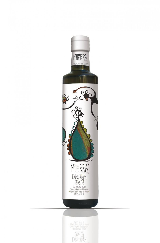 Szenen eines virtuellen Tanzes zieren die Flasche des Miterra Olivenöls. Das Designbüro Omikron lamda aus Heraklion ließ das Etikett im Flexodruck mit erdigen Farben bedrucken.