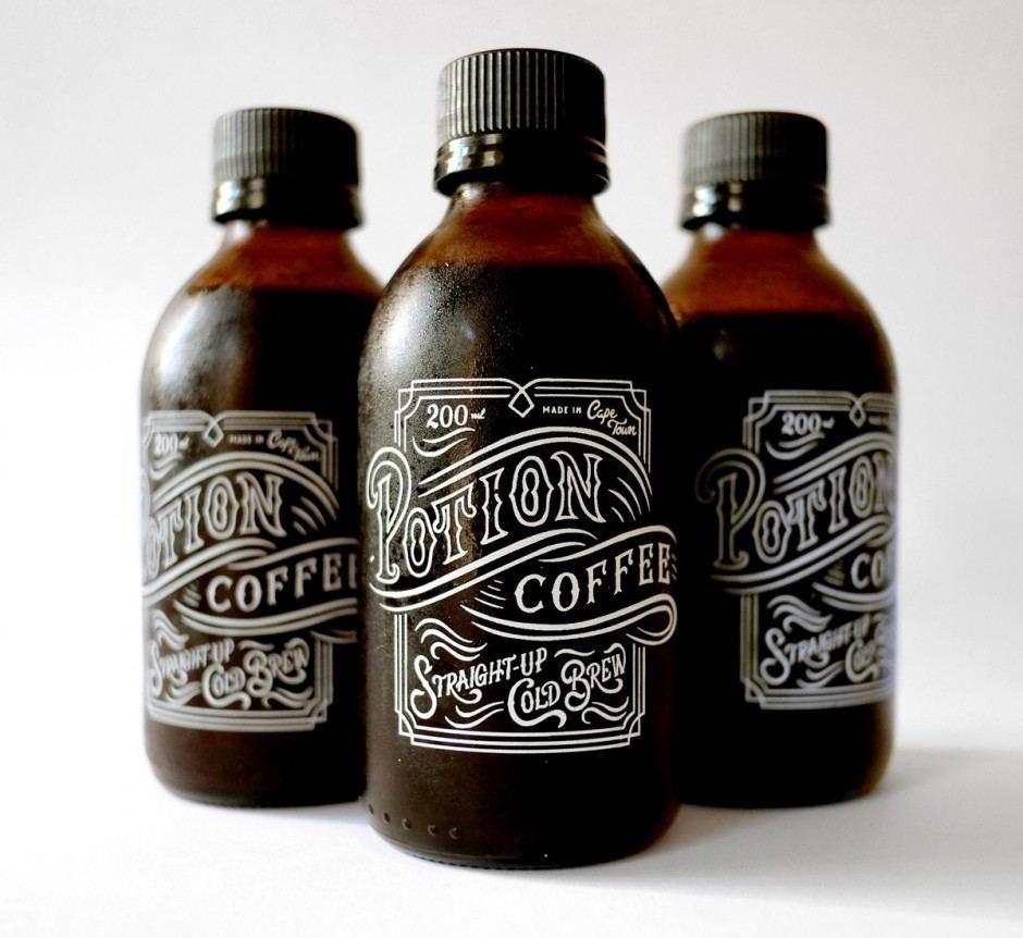 Metcalfs virtuoses Spiel mit Helldunkel-Kontrasten und Räumlichkeit bezeugen auch das Labelling für Potion Coffee sowie das Typo-Baukastensystem, das er aktuell für die Sonderausgabe von Advertising Age zu den Top-Kampagnen des angebrochenen Jahrhunderts entwarf.