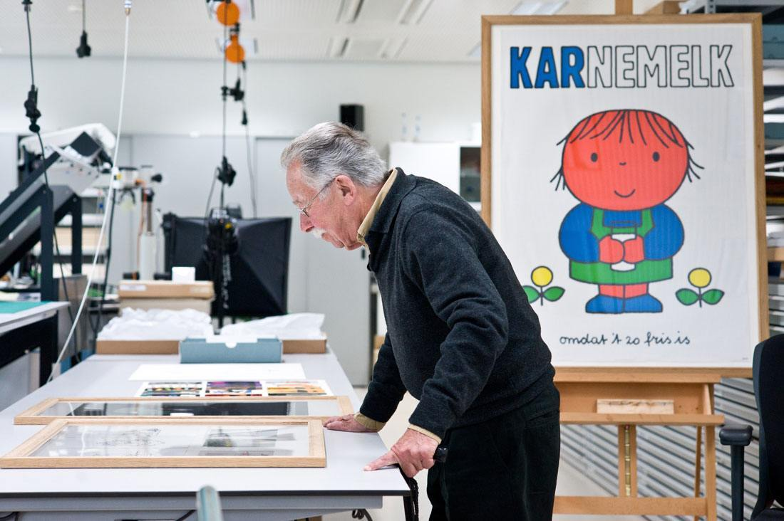Bild-Dick-Bruna-in-restauratiestudio-Rijksmuseum-in-2011-foto-Rijksmuseum