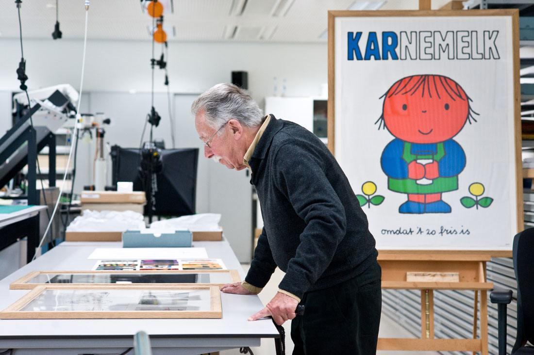 Bild-Dick-Bruna-in-restauratiestudio-Rijksmuseum-in-2011-foto-Rijksmuseum