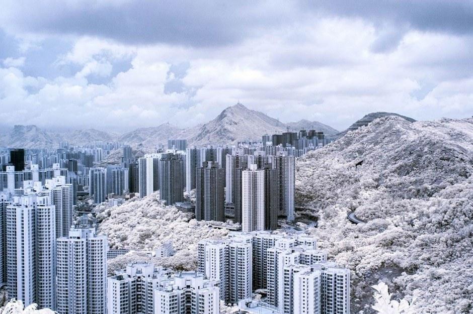 The Architect: Die Hochhaussiedlungen in Hongkong sind so schon irrwitzig, Jan Tong übersteigert den Eindruck noch durch Infrarot-Fotografie