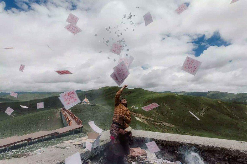 EyeEm Photographer of the Year: Reisefotografen gibt es wie Sand am Meer. Porter Yates aus Brooklyn überzeugte die Jury trotzdem mit der Vielseitigkeit, Einfühlsamkeit und Dynamik seiner Bilder aus Asien und Amerika. Diese Foto zeigt einen Tibeter, der bei einem Ritual Papiere mit Gebeten in die Luft wirft