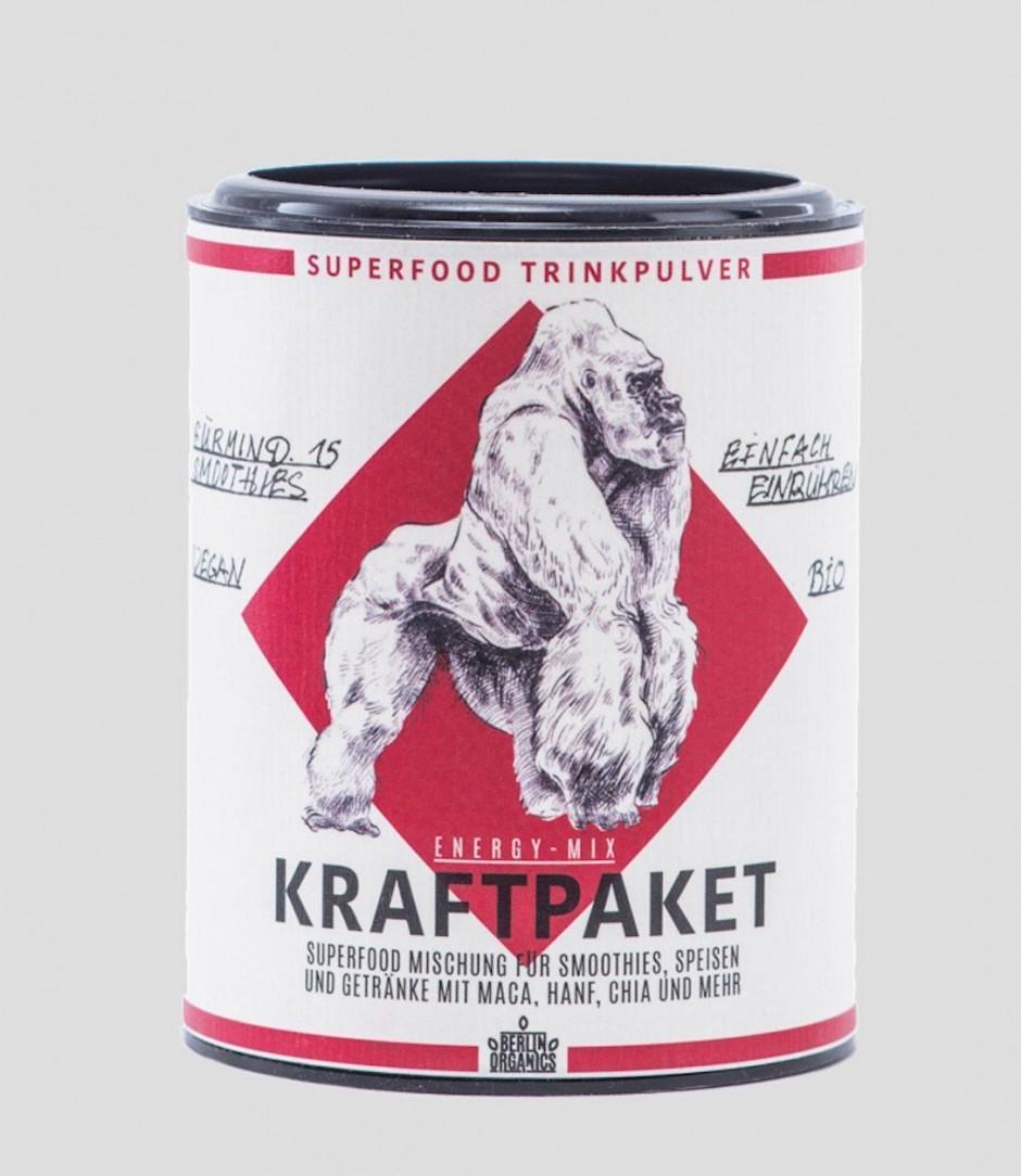 Beim Design der neuen Superfoods von Berlin Organics war Philipp Pieroth alias Der STöR am Werk, der die Trinkpulverdosen mit eigenen Tuschezeichnungen versah.