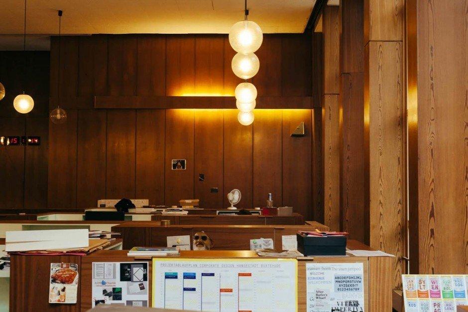Der Gemeindesaal in seiner ganzen Pracht. Wo früher Bingo gespielt und zum Tanztee geladen wurde ist heute halt Design Zuhause.