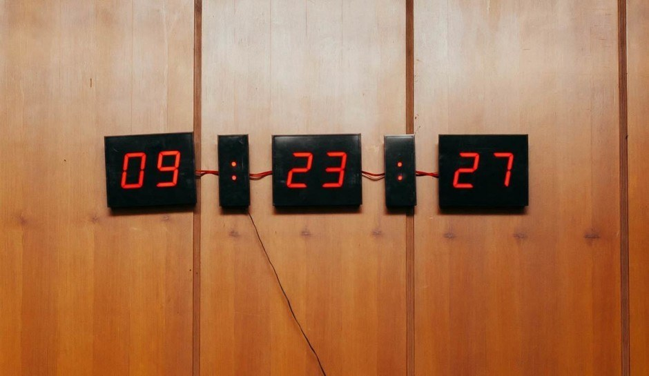 Seit wir diese Uhr beginnt fast jedes Meeting pünktlich. Manchmal fallen sie auch einfach aus. Weil niemand in den Kalender geguckt hat.