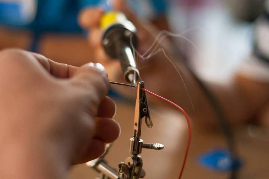 Werkzeug: Ab und zu kommt der Lötkolben zum Einsatz, um Prototypen für die Welt der Zukunft zu entwickeln