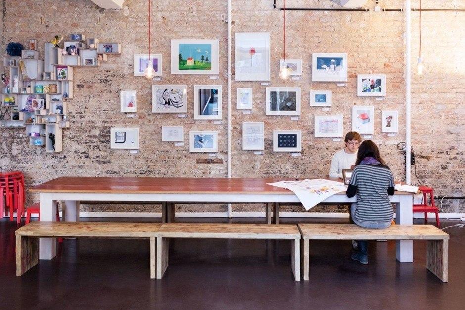 Lieblingsplatz: Die lange Tafel ist das Herzstück der offenen Küche. Hier wird gegessen, ge-brainstormt, gemeetet