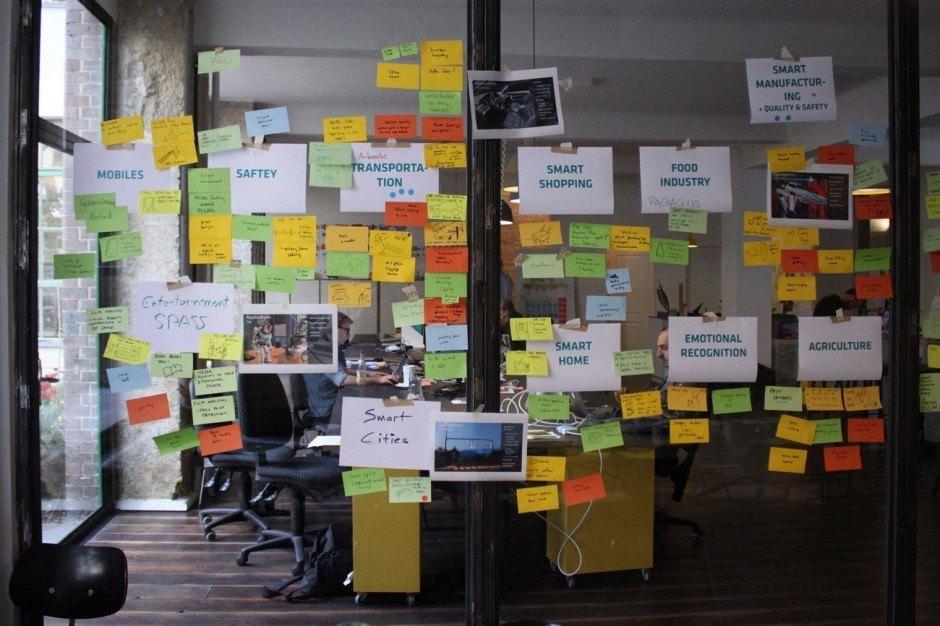 Post-its dürfen nicht fehlen: Jeder Kunde und jedes Brainstorming sind anders. Manchmal wird's bunt.