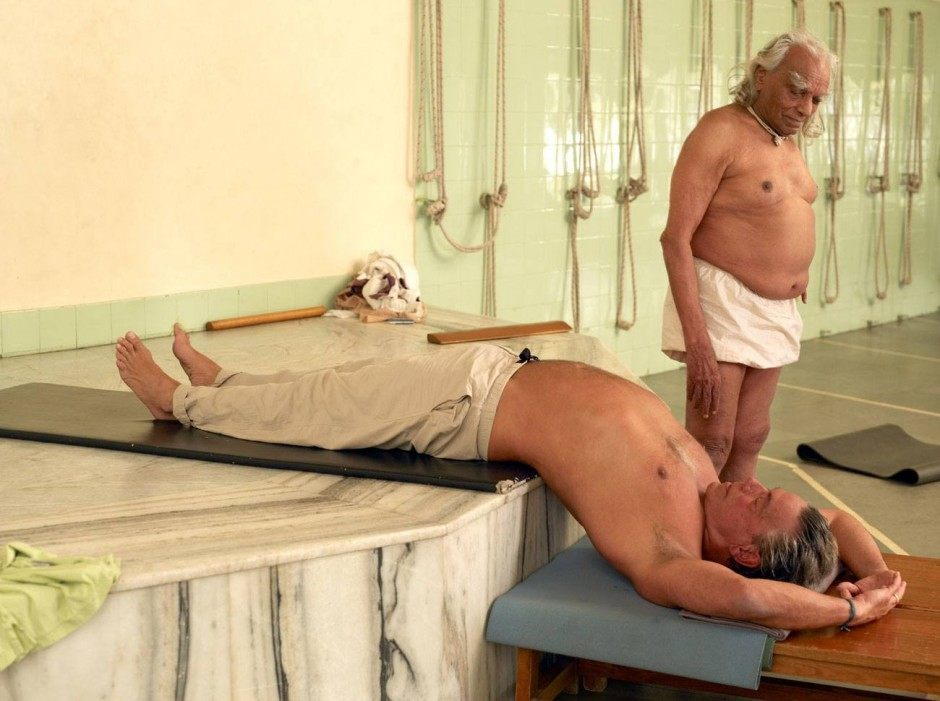 Michael O'Neill in der berühmten Yoga-Schule von B. K. S. Iyengar. Pune, Indien, 9. März 2006