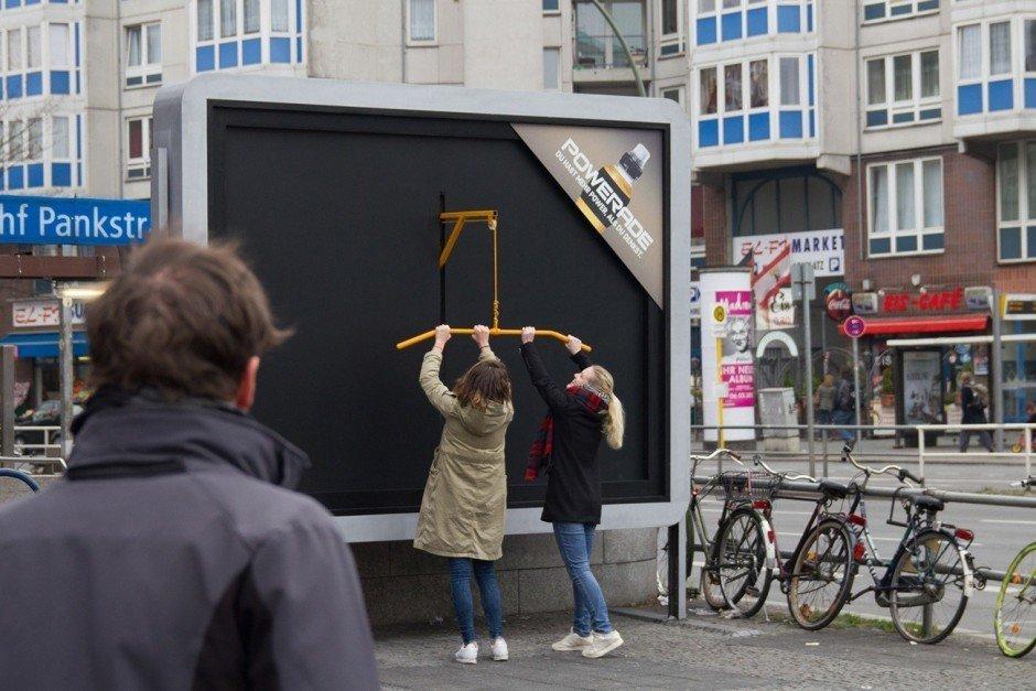 Bronze OOH: Workout Billboards von Ogilvy & Mather für Coca-Cola
