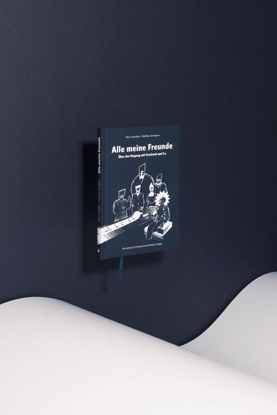 Carolin Wanitzek und Peter von Freyhold haben sich eine ganze besondere Inszenierung ausgedacht, um die Bücher für den aktuellen Gesamtkatalog des Verlags Hermann Schmidt Mainz zu fotografieren.
