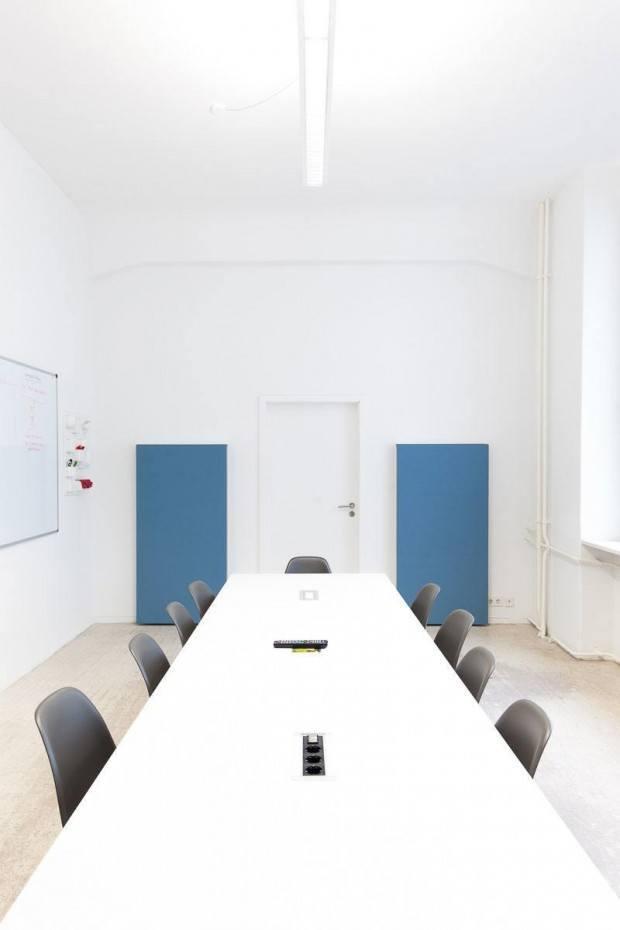 Kleiner Meetingraum mit Akustikpanels für bessere Telefonkonferenzen