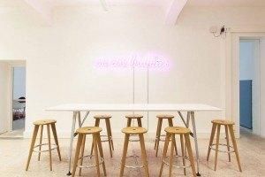 »Drive-by-Meetingpoint« mit dem Leuchtschrift-Schmuckstück »we are buddies«