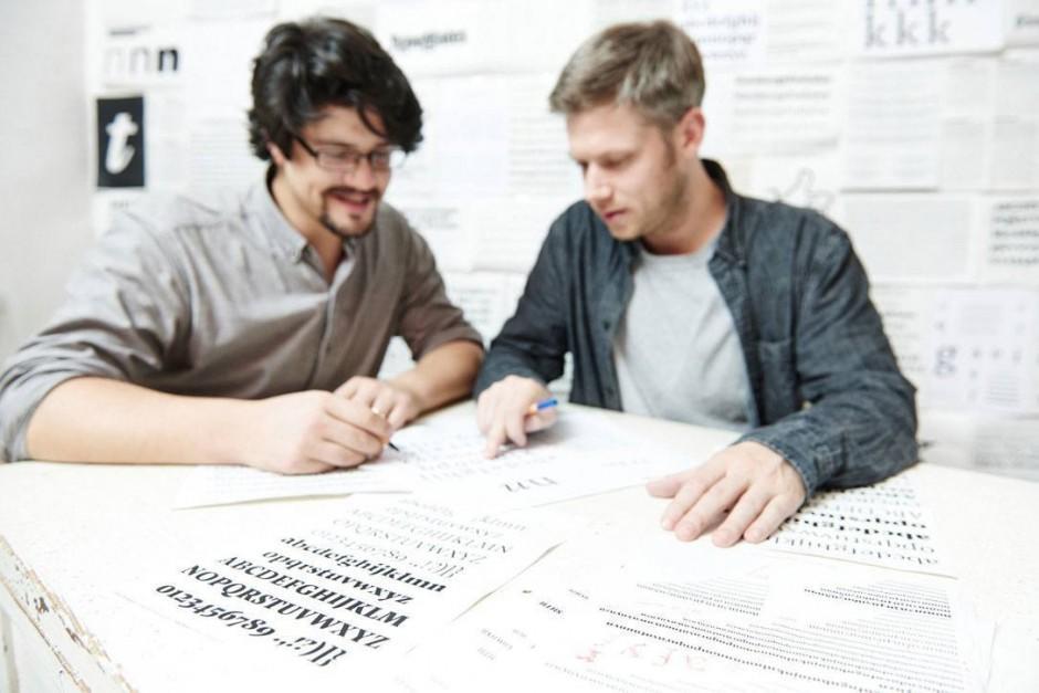 Nicht immer besprechen die TypeMates ihre Entwürfe an einem Tisch, meistens reicht die Skypeverbindung von München nach Hamburg. Foto: Martin Kess, martinkess.de