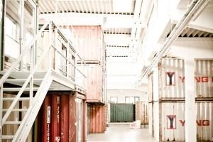 Die entkernte Halle mit Containereinheiten hat Magnetic Stories gleich überzeugt