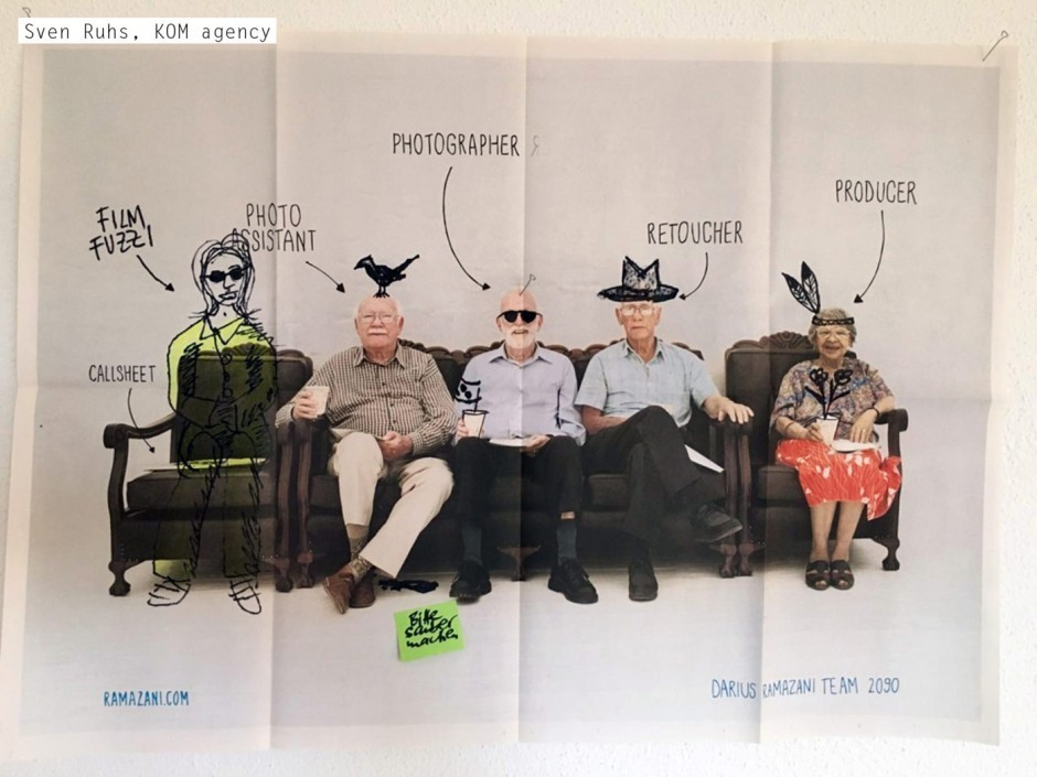 Fotograf Darius Ramazani verschickte zur Kundenakquise ein Bild seines auch im Jahr 2090 noch tatkräftigen Teams – viele Kunden fanden das Motiv so witzig, dass sie es an die Wand hängten