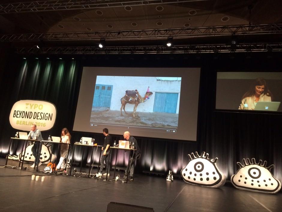 Süpergrüp Battle mit geschmücktem Kamel von Sarah Illenberger