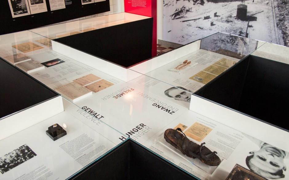 In der Tischvitrine werden exemplarisch Biografien einzelner Zwangsarbeiter präsentiert