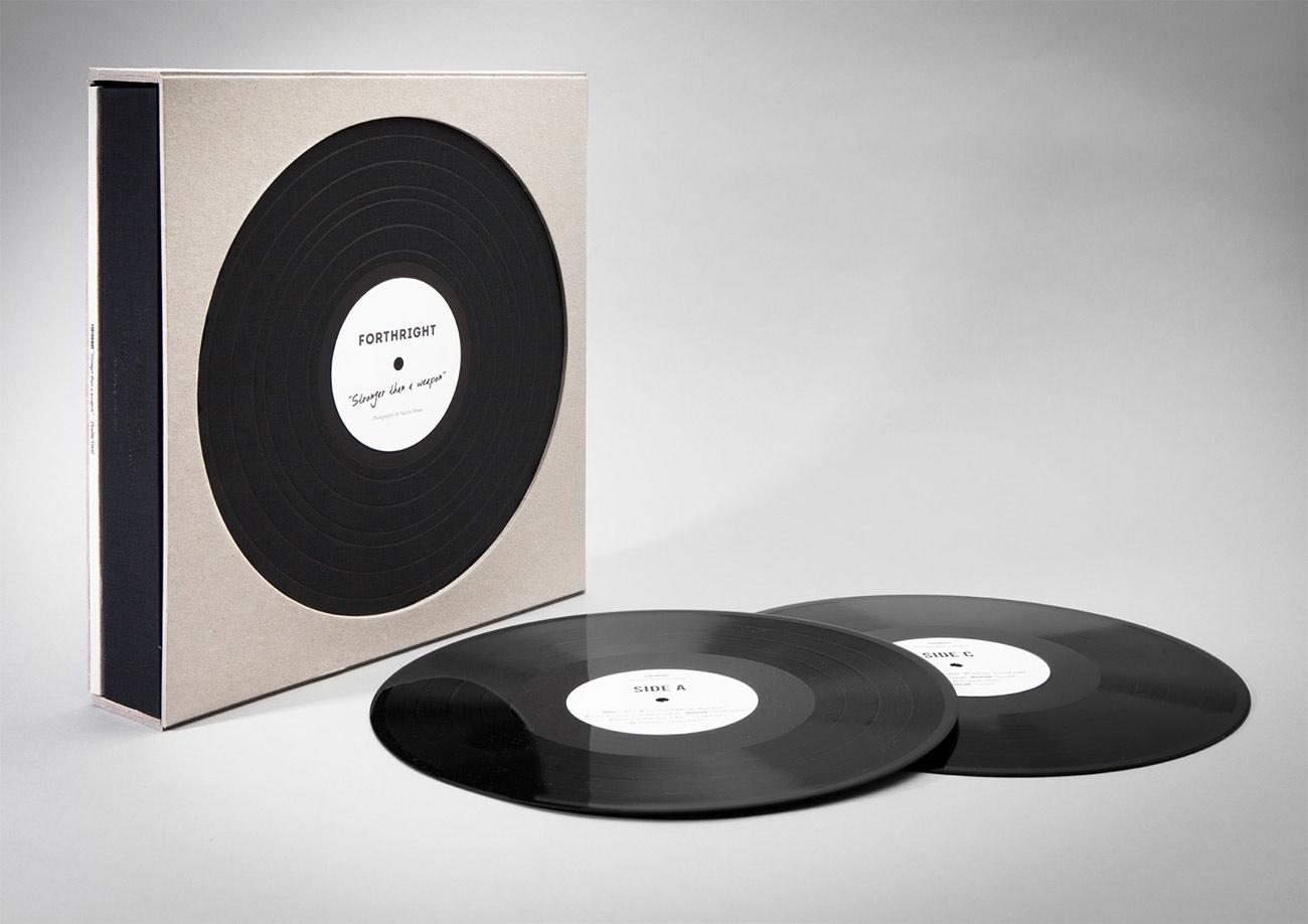 Im Schuber ist eine Doppel-LP und das Buch