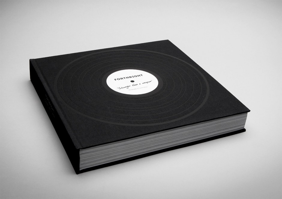 Das Buch in der Größe einer LP hat 444 Seiten