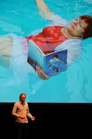 Auf der see conference von Scholz & Volkmer zeigt Erik Kessels dem Publikum, wie inspirierend Fehler sein können