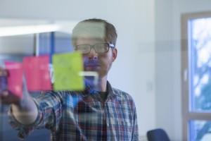 Interaction Designer Daniel Kränz scribbelt viel und nutzt Post-its für den schnellen Überblick