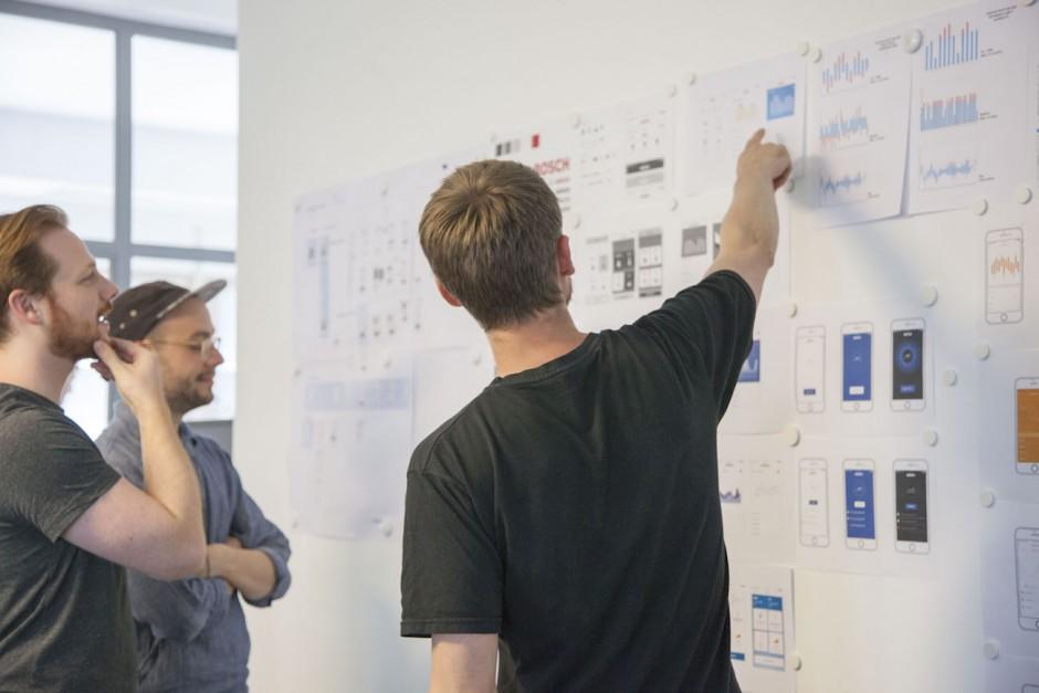 Die Projetkfremden Interaction Designer Fabian Orthen, Benedikt Bochshecker und Christoph Siebelt geben Feedback zum Konzept.