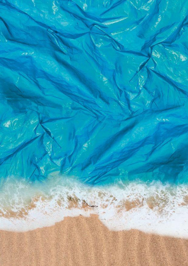 »Die steigenden Mengen an Plastik in unseren Ozeanen ändertdas Leben von Millionen von Meeresbewohnern. Sie ertrinken im wahrsten Sinne des Wortes in Plastik. Deshalb stellt diese grafische Idee die Frage, wie lange es dauern wird, bis die Fluten aus Plastik an unsere Küsten gespült werden und uns Menschen ertränken wird. Verschließen Sie deshalb nicht die Augen vor der Bedrohung durch Plastik für unseren Planeten, nur weil Sie sie nicht sehen.«