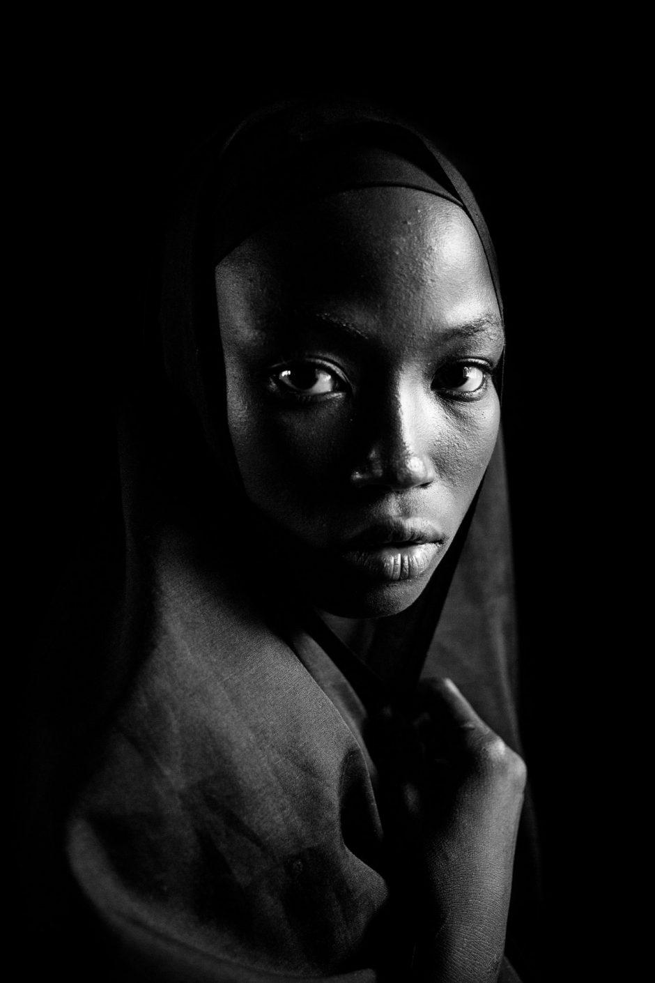 Andy Spyra, erschienen im »Zeit Magazin 34/15« zum Artikel »Das Leben nach der Hölle« und in »Der Spiegel 17/16« zum Artikel »Bomben in bunten Gewändern«, nominiert für einen LeadAward in der Kategorie »Porträtfotografie des Jahres«
