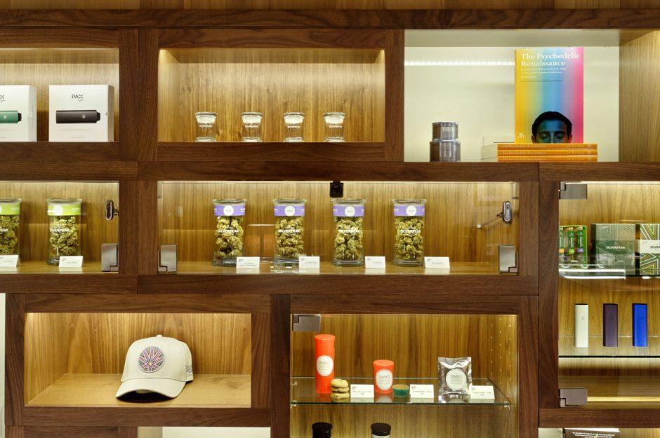 Weit weg vom Dealer im Park: die von Tanagram Design (http://tanagramdesign.com) gestaltete »marijuana dispensary« Silverpeak aus Aspen (www.silverpeakapothecary.com) – dort direkt neben Gucci und Prada zu finden
