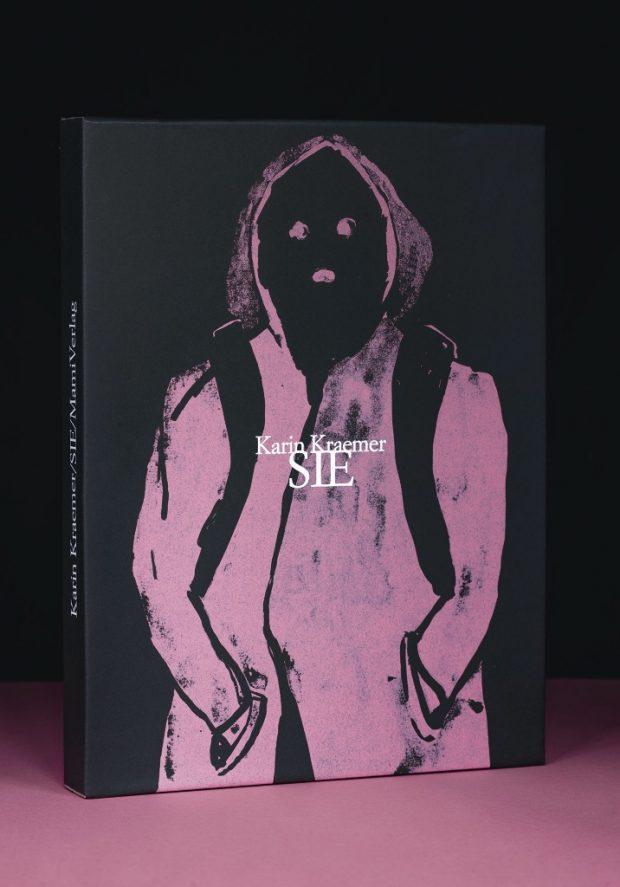 Karin Kraemer: SIE. Quilow und Berlin (MamiVerlag und Reprodukt) 2016 188 Seiten. 25 mal 32 Zentimeter, 6 Hefte im Schuber. 29 Euro. ISBN 978-3-95640-085-8