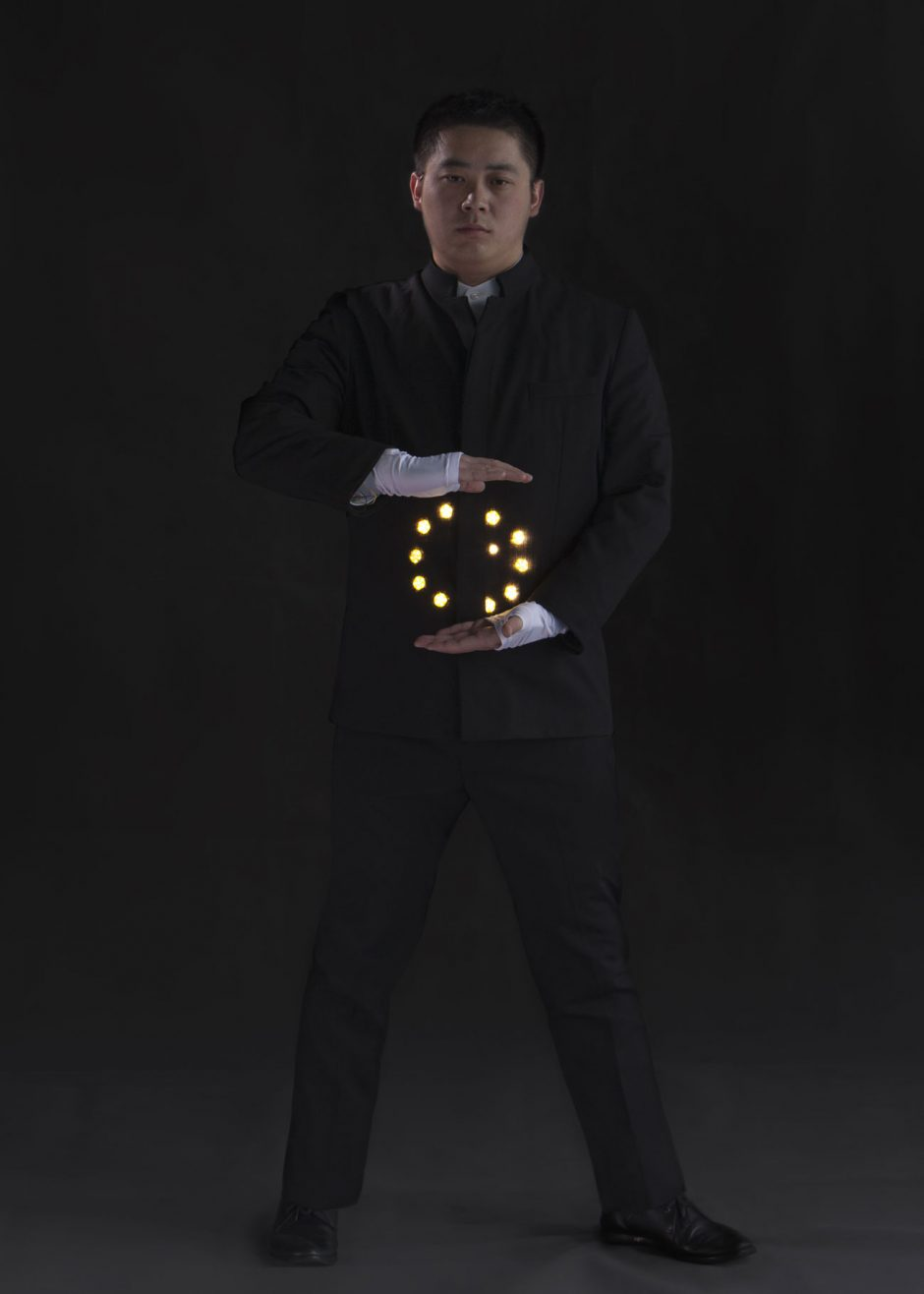 Mithilfe der 360 Fash Tech Kits von 360-Fashion Network lassen sich unkompliziert Wearables kreieren. Hier der Qi Suit von Romaster, mit dem Gesture-Kit umgesetzt