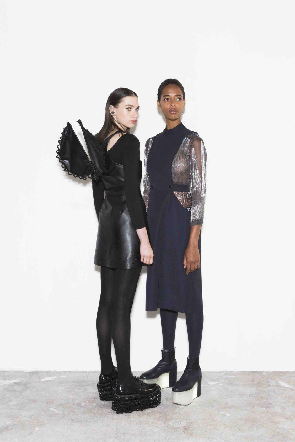 Der Ambience Skirt der Berliner Fashiontech-Designerin Lina Wassong ist ein gerade geschnittener Minirock mit dezenten Mini-LEDs, die, verbunden mit einem Mikrocontroller, wie Glühwürmchen leuchten